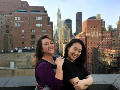 """设计总监肯德拉·詹姆斯(左)和设计师唐娜·李(右)在""""点击春天创意设计""""曼哈顿总部办公室外。"""